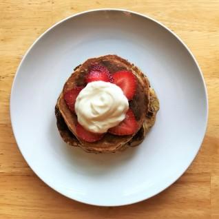 Honey Greek yogurt with fresh strawberry slices